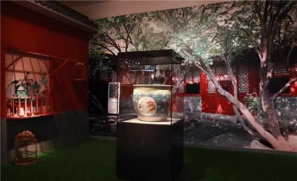 """首都博物馆""""金玉满堂——京津冀古代生活展""""里的红墙灰瓦和鸟笼鱼缸。"""