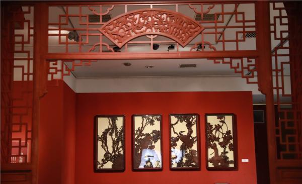 首都博物馆展厅内的红色调、生活化的场景与展示的日常家居文物,营造出了浓浓的节日气氛。
