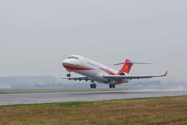 2015年12月29日,arj21客机起飞.