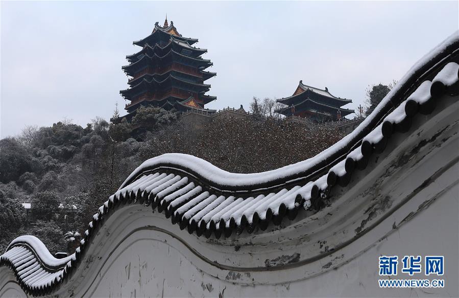 这是12月31日拍摄的江苏南京阅江楼雪景。近日,吾国众地迎来降雪,雪后的中国古典修建别有韵味。新华社发(李文宝)