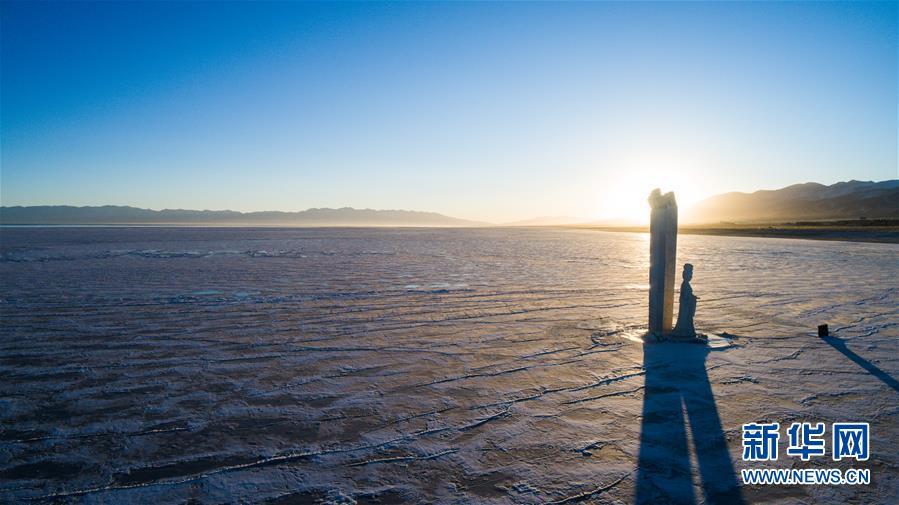 这是12月31日拍摄的青海湖二郎剑景区一角(无人机拍摄)。新华社记者 吴刚