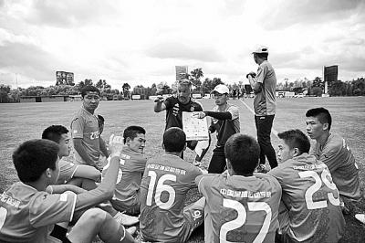 2018年11月28日,在阿根廷布宜诺斯艾利斯的阿根廷国家足球训练基地,阿根廷教练弗朗西斯科(中)在训练赛中请示中国球员。新华社发