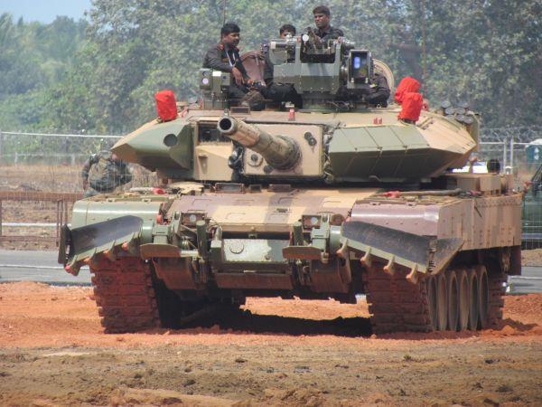 """原料图片:印度""""阿琼""""Mk-1A主战坦克,加装有国产""""爆炸逆答装甲""""。(图片来源于网络)"""