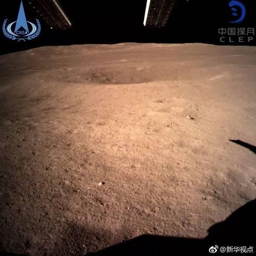 今天11时40分,嫦娥四号着陆器获取了月背影像图并传回地面。这是人类探测器首次在月球背面拍摄的图片,第一次揭开迂腐月背的奥秘面纱。