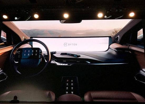 BYTON M-Byte定位于中型纯电动SUV,并先后亮相于2018北美CES和2018北京车展,与此同时,新车提供400km和520km两种续航版本的不同动力车型,起步价格约为30万元。