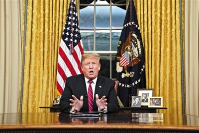 当地时间2019年1月8日,美国华盛顿,美国总统特朗普在白宫椭圆形办公室发表全国电视讲话,就美墨边境安全问题争取支持。 图/视觉中国
