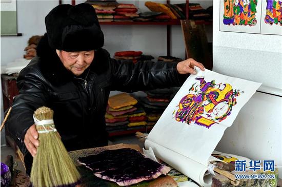 1月8日,开封市朱仙镇的年画艺人在印制木版年画。