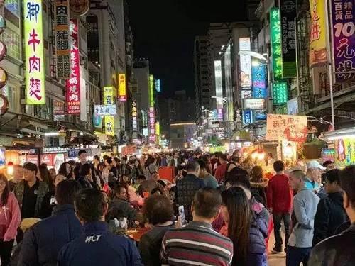 """而在考虑如何尽可能多的吸引陆客团,日客团前来观光,刺激经济时,韩国瑜及其团队便提出了这个推出""""高雄币""""的策略。"""