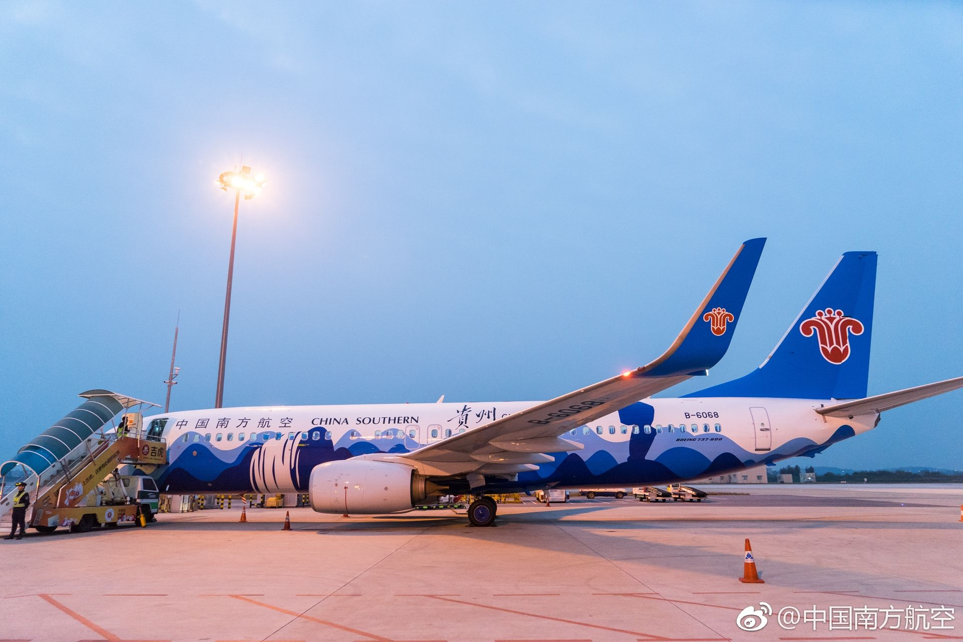 民航资源网2019年1月10日消息:1月9日下午,南航贵州号蜡染画彩绘飞机(注册号:B-6068)飞抵广州白云机场(600004,股吧)。这架描绘着黄果树瀑布、梵净山蘑菇岩等贵州景色的波音737-800客机投入运行后,将主要执行贵阳至北京、上海、广州等枢纽机场的航班。