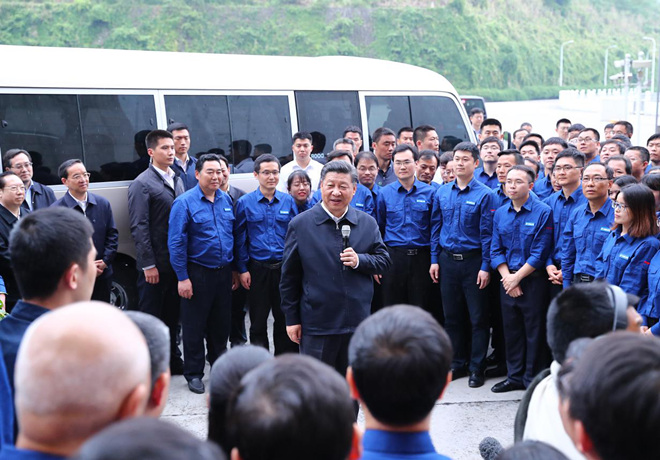2018年4月24日下午,习近平在三峡大坝左岸电站考察。新华社记者 谢环驰 摄