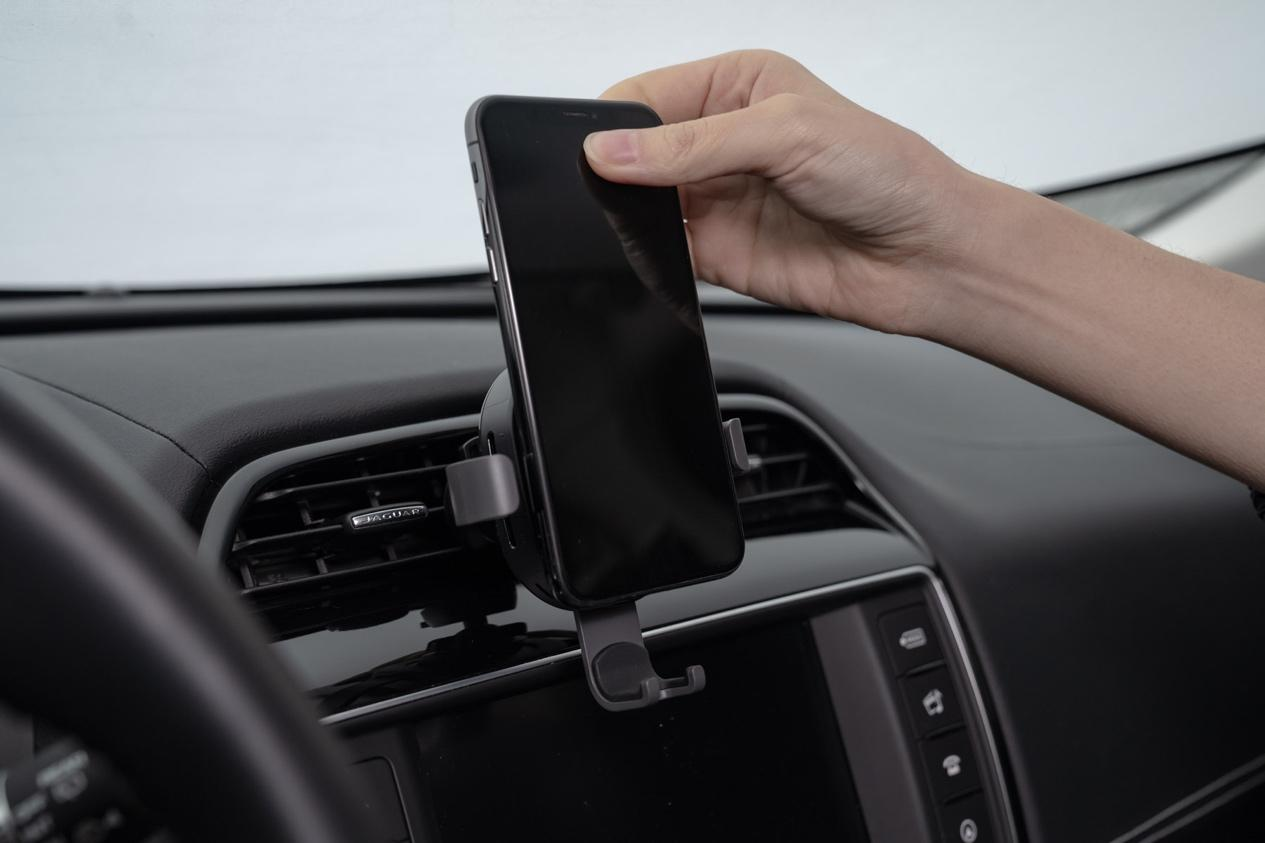 针对这些问题,70迈推出了一款车载无线充电手机支架。使无线充电和手机支架二合一。完美的搭配相信会令很多车主减去行车时手机充电及支架不稳而造成的烦恼。