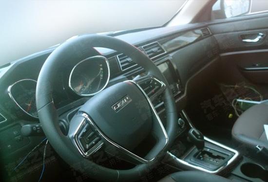 新款迈威在外观以及内饰方面与现款车型相比变化不大,基本沿用了经典的设计,包括前脸六边形进气格栅以及宽大的一体式镀铬装饰等,硬朗阳刚。