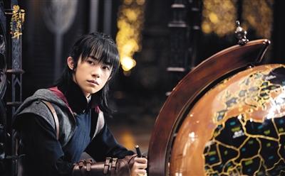 易烊千玺在《艳势番之新青年》中的扮相。