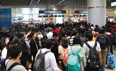 2018年10月7日,北京南站出站乘客排队乘坐地铁。资料图片/新京报记者 王贵彬 摄