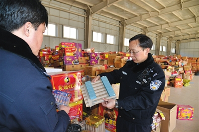 刻日,北京警方在整顿收缴的非法烟花爆仗。警方供图