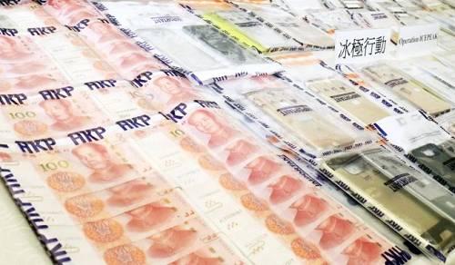 警方缴获的现金和赃物(图片来源:《南华早报》)