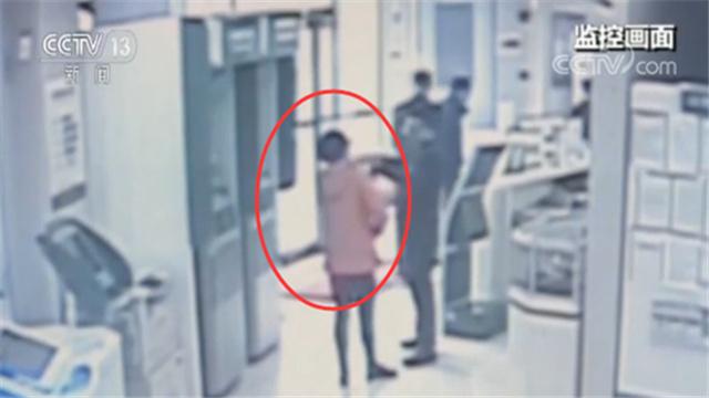 1月22日上午,上海浦东一家银行来了一位中年女性,她先是在柜台将三方存管账户内的28万元资金转至借记卡上,接着,又要求工作人员为其进行转账。