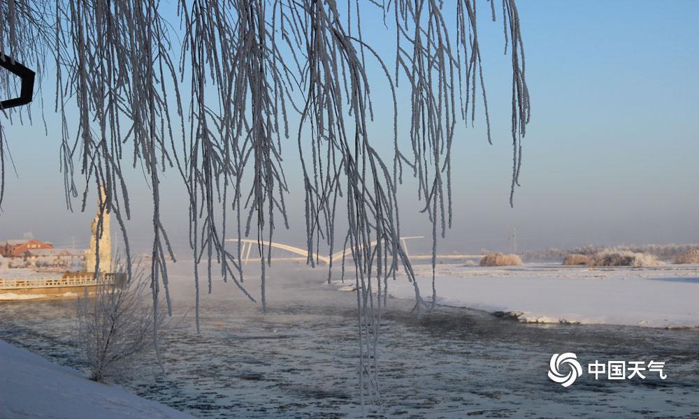 1月31日清早,甘肃高台县城最低气温降至-20.2℃,受此影响,高台县黑河湿地新区泛起雾凇景观。河面上云蒸霞蔚,河畔玉树琼花,置身其间,好似走进不染纤尘的童话世界。(图高博 文杨丽�)