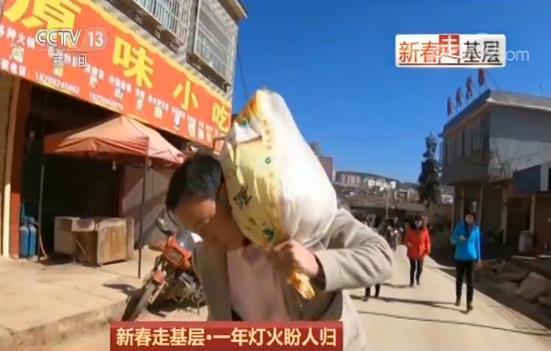 这位大姐叫刘正梅,在浙江杭州打工。为了撙节路费,她选择坐火车来到威宁,再转客车回云南昭通老家跟两个孩子团圆。