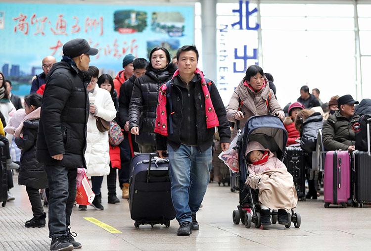 北京南站,搭客们进站前去候车区。