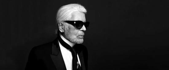 """2月19日,被称为时尚界""""凯撒大帝""""的香奈儿创意总监Karl Lagerfeld因病去世,享年85岁。当天,香奈儿发表此声明,并宣布由香奈儿创意工作室总监Virginie Viard接任创意总监一职。"""