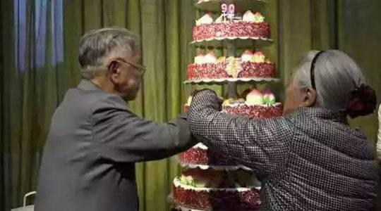 褚老90父亲寿,褚马二老壹道切蛋糕