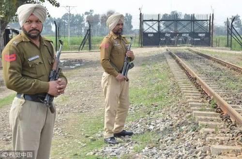 当地时间2019年2月28日,印度旁遮普邦警方在印巴边境巡逻。(视觉中国)
