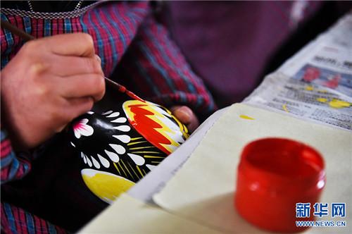 """3月5日,河南省浚县杨玘屯村,民间艺人正在制作""""泥咕咕""""泥塑工艺品。"""