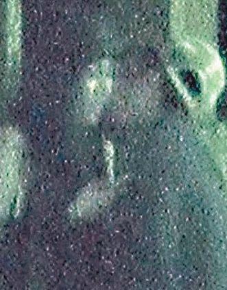 """2013年3月,何超盈被人发现在铜锣湾独自游荡,神情呆滞,人中沾有白色粉末,疑似""""嗑药"""",轰动全城。事后,何超盈解释同时喝了感冒药和减肥药导致。但有人指出,四太施压何超盈,逼其与林爱儿分手,导致其压力暴增。"""