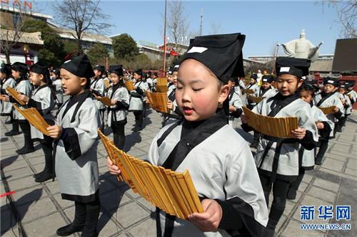 3月12日,许昌魏武帝广场,小学生在进行经典诵读表演。