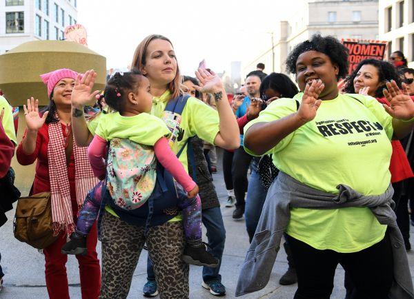 资料图片:2017年3月8日,美国华盛顿举行集会为女性争取劳动权益。(新华社)