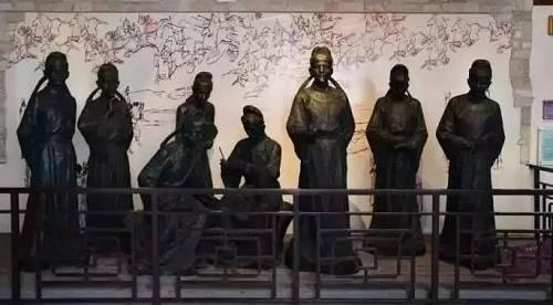 """自此,柳宗元的余生都是在被贬的永州和柳州度过的,再也没有回到长安。所以才有了""""千山鸟飞绝,万径人踪灭。孤舟蓑笠翁,独钓寒江雪""""。"""