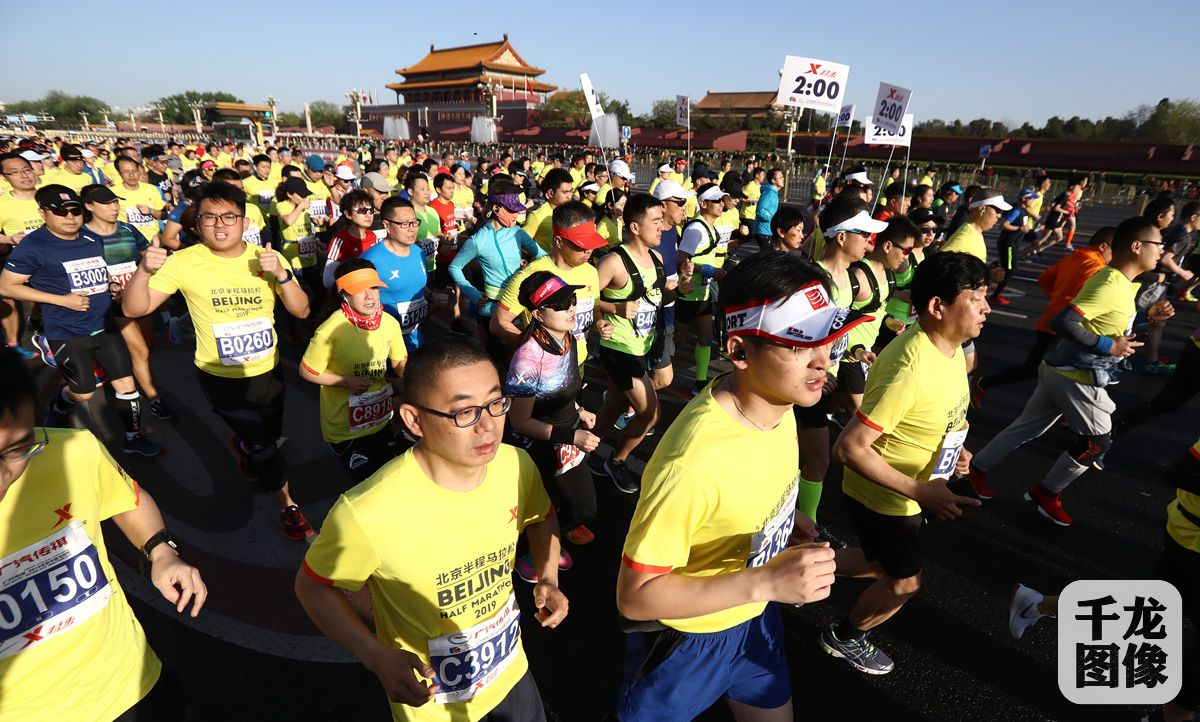 聚焦北京半程马拉松丨2万跑者天安门出发 刘洪亮力压肯尼亚选手夺冠