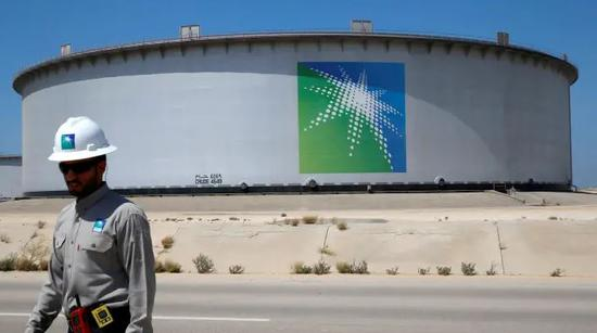 新浪美股讯 北京时间15日消息,韩国炼油商现代炼油(Hyundai Oilbank)的最大股东现代重工周一表示,沙特国有石油公司沙特阿美已同意以1.4万亿韩元(约合12.4亿美元)收购现代炼油的13%股份。