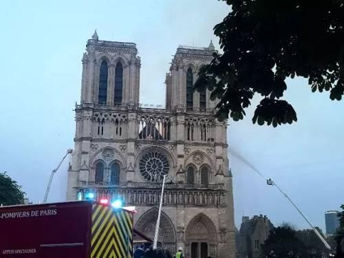 2019年4月15日,在法国首都巴黎,消防员在巴黎圣母院火灾现场灭火。(新华社记者杨一苗摄)