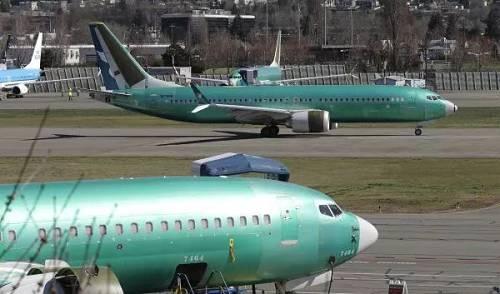 这是3月22日在美国华盛顿州伦顿市的波音工厂拍摄的一架波音737-8客机(属于737 MAX系列)。 (新华社)