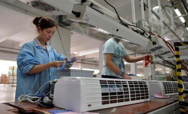 武汉某家用电器工厂的工人正在组装空调。埃菲社
