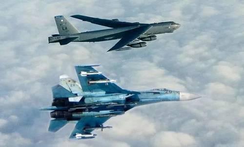 俄军苏-27战机在波罗的海上空拦截美军B-52H轰炸机。