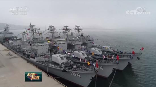 以现在的眼光来看,051型驱逐舰显然已经算不上是什么先进战舰,可尽管如此,一口气退役4艘这么大的手笔,搁在正经脱贫也不过十来年的中国海军这里,也着实称得上是稀罕。之所以会出现这种情况,有分析认为或是因为我军新造的军舰实在太多,现有剩余的舷号和地级市舰名已不够用。如果这些老同志还不赶快到养老院里去安享晚年,今后几年内陆续服役的052D和055怕是就真没坑可占了。