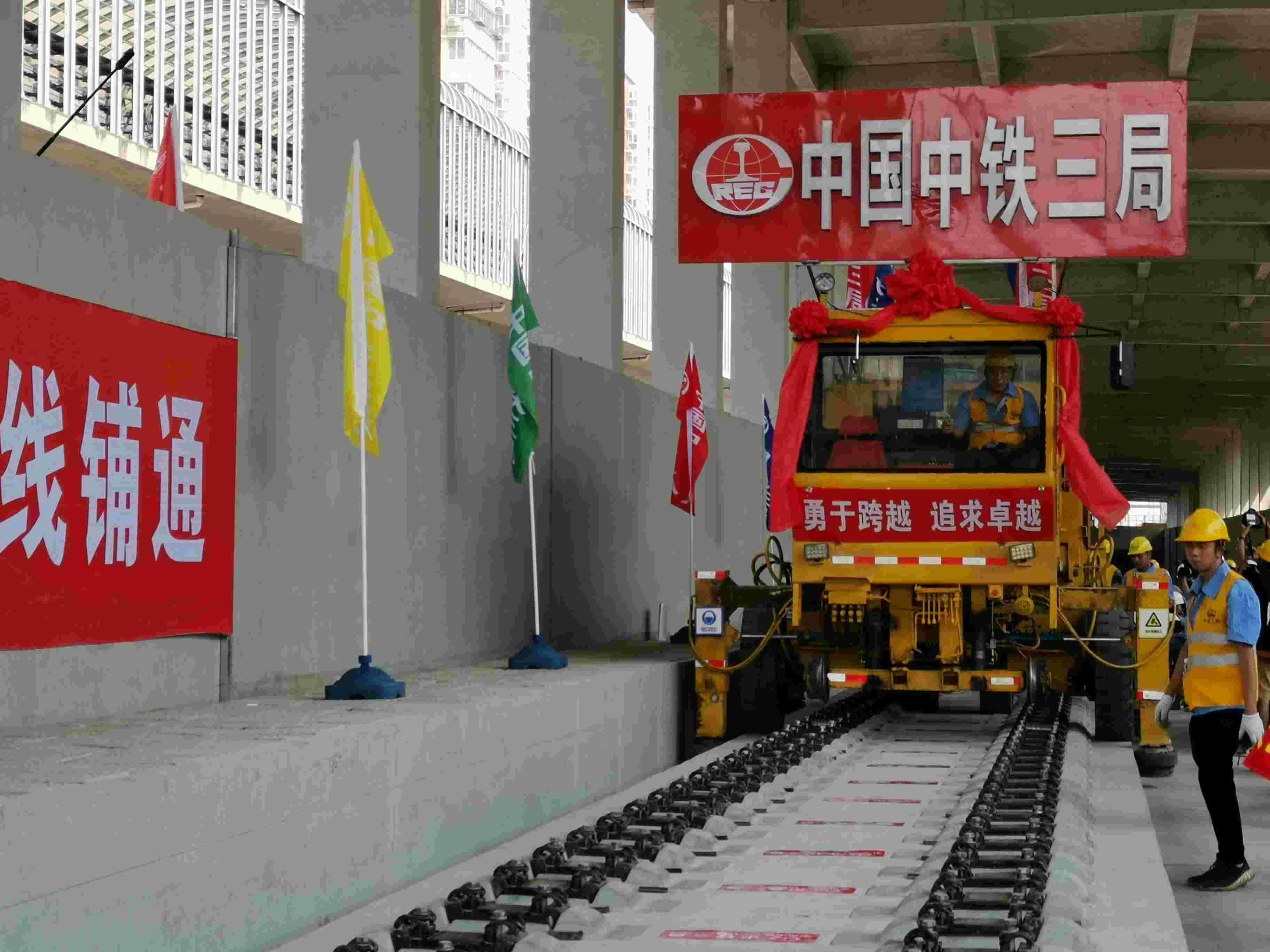 今天上午9点45分,京张高铁全线铺轨完成。摄影/新京报记者 王贵彬
