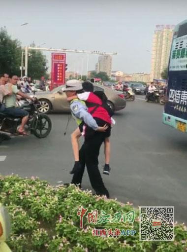 男孩车祸倒地 女协警背起狂奔医院(图)