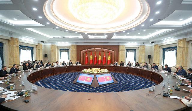 习近平指出,吉尔吉斯斯坦担任上海合作组织轮值主席国以来,推动各领域合作稳中有进,中方予以高度评价。中方支持吉方办好比什凯克峰会,愿以比什凯克峰会为契机,推动各方凝聚更多共识,充分释放合作潜力,共同打造惠及各方的命运共同体。