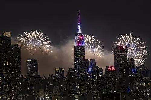 原料图片:2018年7月4日,美国多地举走焰火外演,祝贺美国自力日。这是当日在。美国新泽西州威霍肯拍摄的绽放的烟花和纽约曼哈顿夜景。(新华社)