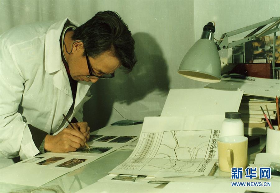 崔道植在編寫痕跡鑒定書(資料照片)。新華社發