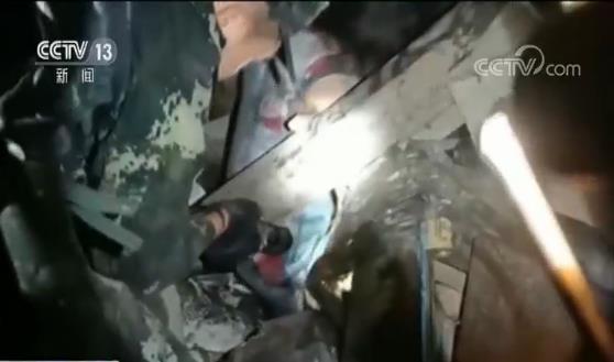 武警泸州支队军医谢涛说,经过我们到达以后两个小时的医疗工作,接诊的病人大概有40人左右,重伤员经过检查处理已经送到医院。