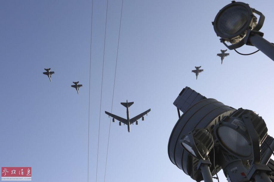 另一角度拍摄的联合编队飞越航母瞬间。