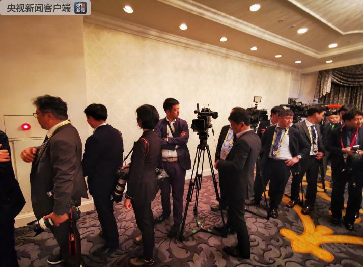 记者正在等待这一场会见(央视记者荆伟拍摄)