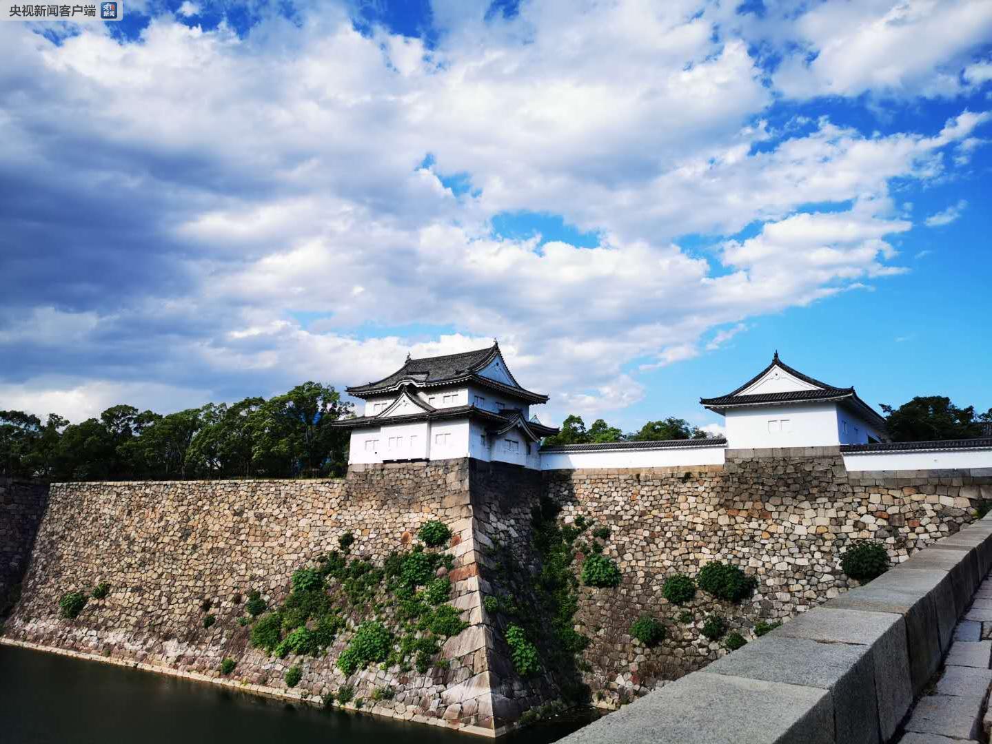 大阪城,位于日本大阪市中央区的大阪城公园内,始建于1583年。它和名古屋城、熊本城并列日本历史上的三名城。 大阪城是丰臣秀吉(1537年-1598年)时代日本繁荣的象征(央视记者荆伟拍摄)