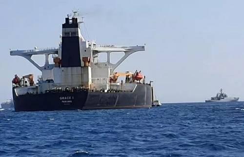 """7月4日在直布罗陀附近水域,英国军舰(右)在伊朗""""格蕾丝一号""""油轮旁巡逻。(路透社)"""