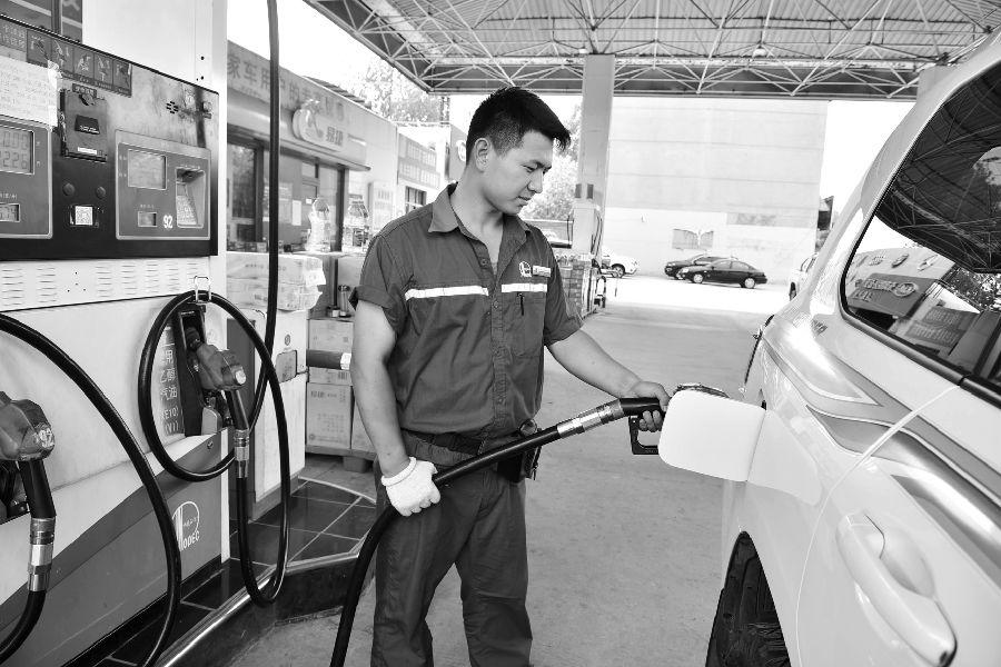 本报讯?在连续两次下调油价后,国内汽油、柴油价格将再次上调。国家发改委9日发布消息,根据近期国际市场油价变化情况,按照现行成品油价格形成机制,自2019年7月9日24时起,国内汽油、柴油价格每吨分别提高150元和140元。